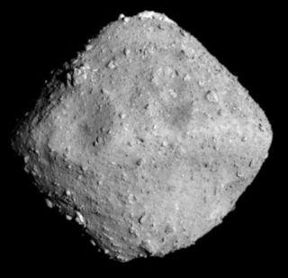 Snímek asteroidu 162173 Ryugu pořízený kamerou Optical Navigation Camera sondy Hayabusa 2 dne 26.6.2018 ze vzdálenosti 20 km, foto JAXA.