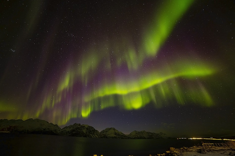Polární záře u Lyngenalp v severním Norsku v březnu 2018, foto Vaclav Ourednik, Alpine Astrovillage. Zeleně září molekuly kyslíku, fialově dusíku.