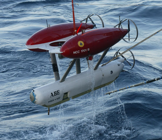 ABE při spouštění do vody (foto Dan Fornari, Woods Hole Oceanographic Institution)