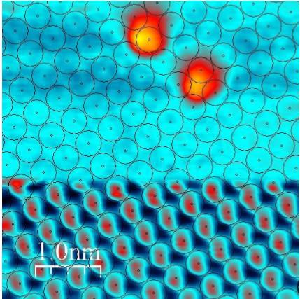 Zobrazení molekuly 2,6-bis(ferrocenyl)naftalenu na krystalické podložce z NaCl pomocí mikroskopu atomárních sil, obr. Berger, J. et al., Quantum dissipation driven by electron transfer within a single molecule investigated with atomic force microscopy, Nat Commun 11, 1337 (2020).