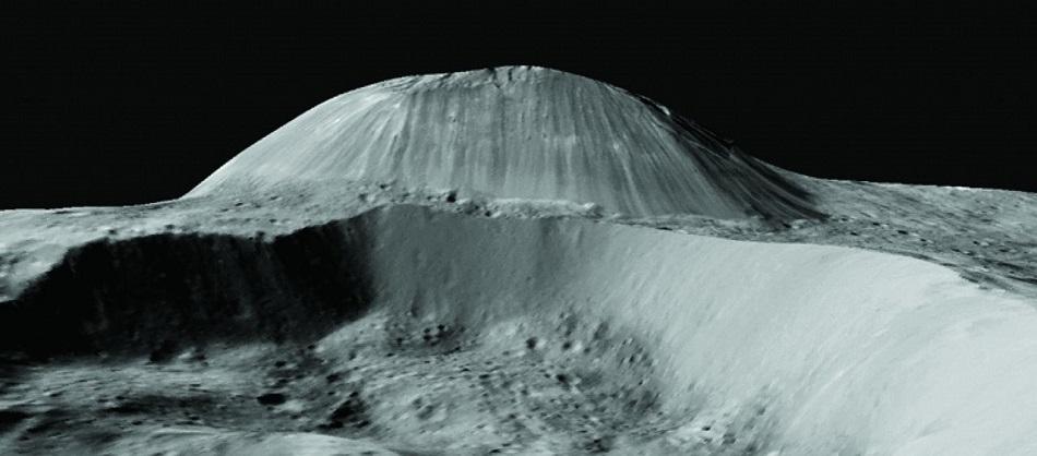 Kryovulkán Ahuna Mons na Ceresu o šířce 17 km a výšce 4 km (foto O.Ruesch, Cryovolcanism on Ceres, Science  02 Sep 2016, Vol. 353, Issue 6303, DOI: 10.1126/science.aaf4286).