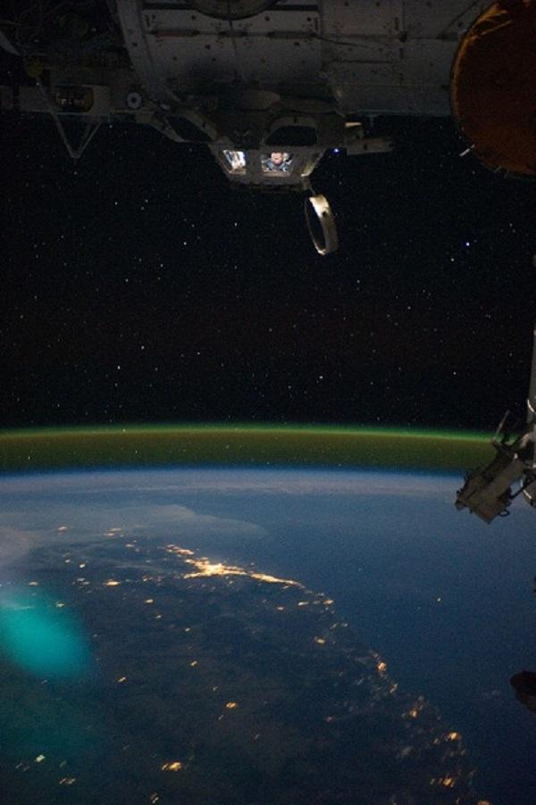Světelné záření atmosféry ve výšce 95 km na fotografii pořízené z Mezinárodní kosmické stanice (foto NASA).