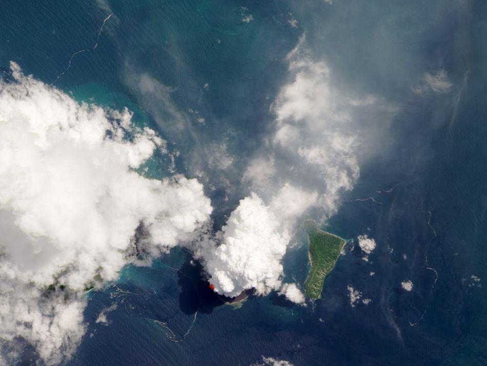 Družicový snímek Anak Krakatua z letošního roku, foto NASA Earth Observatory/Landsat 8.