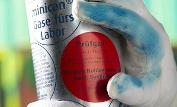 Laboratorní rukavice za přítomnosti oxidu uhelnatého. Obr. © Fraunhofer-Gesellschaft, Hansastraße 27c, 80686 München.