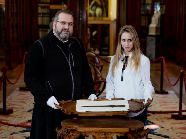 Nálezkyně meče Vittoria Dall'Armellina a otec Serafino Jamourlian, který v archivu muzea San Lazzaro degli Armeni Museum dohledal část jeho historie, foto Andrea Avezzu.