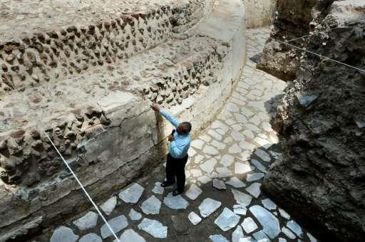 Mexický archeolog Raul Barerra u paty chrámu.