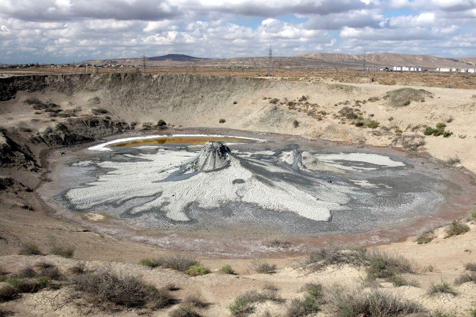 Satelitní kráter bahenní sopky Bakhar (též označovaný jako Bahar) v Ázerbájdžánu, kde se nachází několik míst, ze kterých se do okolí nepravidelně rozlévá dobře tekoucí bahno. Bílé oblasti označují bahenní proudy, které již stihly vyschnout, tmavé oblasti naopak bahenní proudy, ve kterých se stále nachází voda, foto Petr Brož.