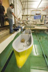 Model nového typu lodi bez balastních tanků při testu v Námořní hydrodynamické laboratoři (foto University of Michigan)