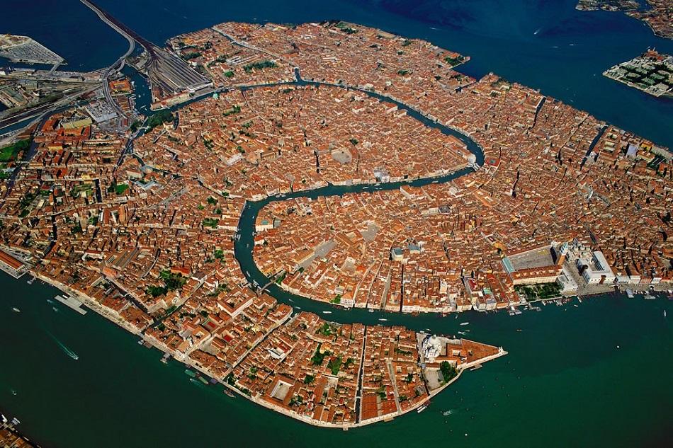 Současný letecký snímek historického centra Benátek (foto Horst-schlaemma, public domain, via Wikimedia Commons).