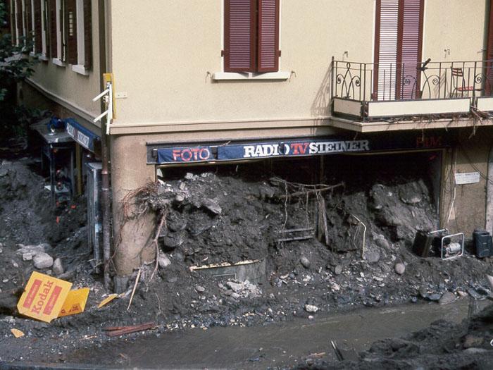 Prodejna ve městě Brig zničená usazeninami při záplavách roku 1993, foto Nationale Plattform Naturgefahren.
