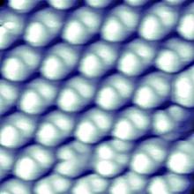 Uspořádané pole fullerenodiamantů na zlatém povrchu. Obrázek byl pořízen rastrovacím tunelovým mikroskopem a délka jeho hrany je 5 nm.   (H. Manoharan et al, Nature Communications).