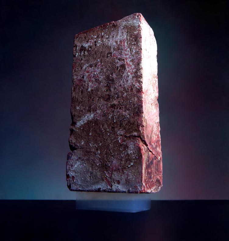 Cihla stojící na bloku aerogelu, Courtesy NASA/JPL-Caltech [Public domain].