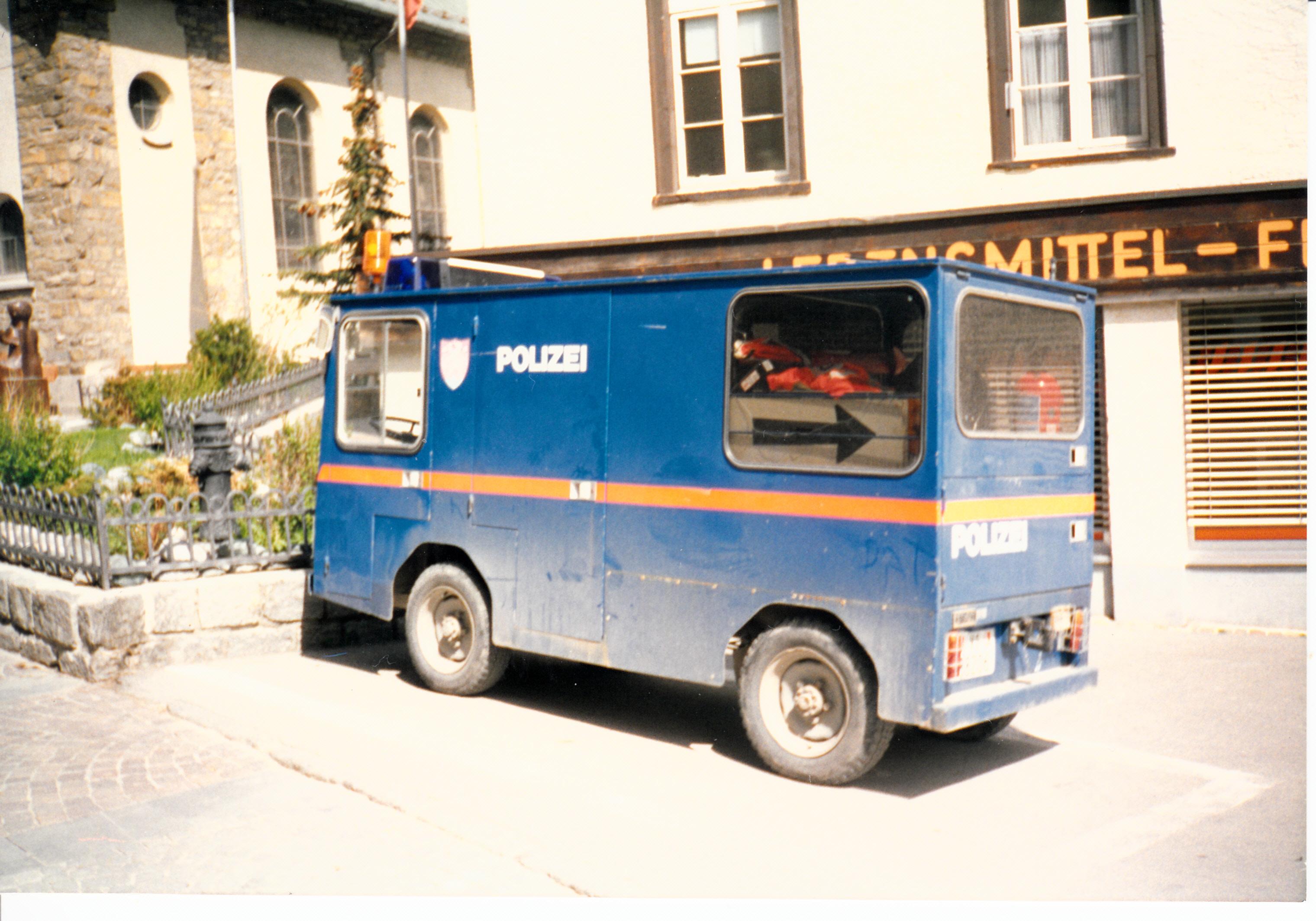 Policejní elektromobil ve švýcarském Zermattu na snímku z roku 1993.