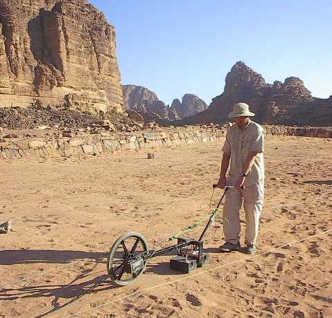 Provádění výzkum pomocí georadaru v Jordánsku, foto Archaeo-Physics LLC [Public domain].