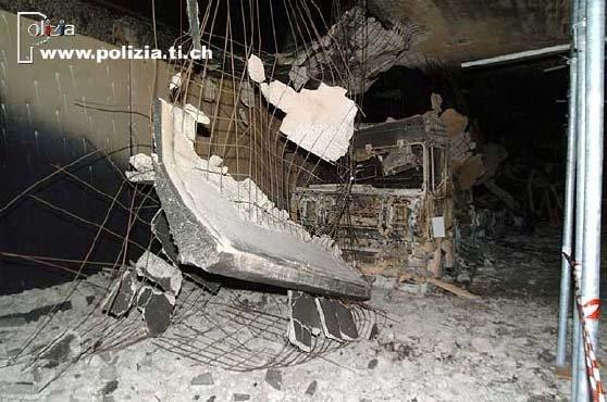 Škody po požáru v Gotthardském silničním tunelu v roce 2001.