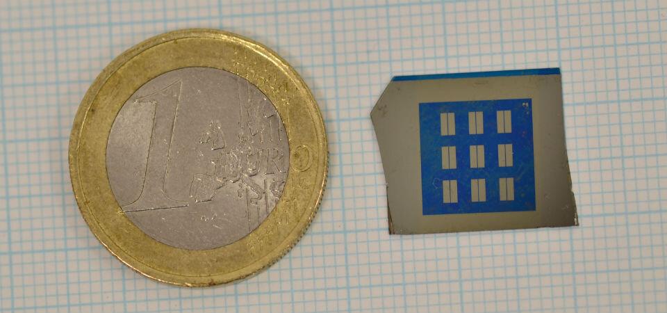 Terahertzový zesilovač v porovnání s jednoeurovou mincí, foto  Loughborough University.