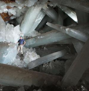Gigantické krystaly sádrovce v jeskyni Cueva de los Cristales v dole Naica v mexickém státě Chihuahua (foto Javier Trueba)