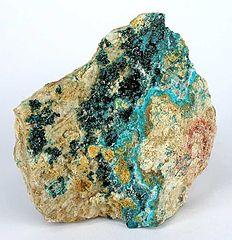 Světlá modrozelená žilka je minerál herbertsmithit.Vzorek pochází z lokality  Caracoles, Sierra Gorda District, Tocopilla Province, Antofagasta Region, Chile, foto Rob Lavinsky, licence  Creative Commons Attribution-Share Alike 3.0 )