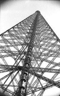 Centrální věž vysílače Königs Wusterhausen, duben 1949, foto Walter Heilig, Spolkový archiv, licence Creative Commons Attribution-Share Alike 3.0 Germany
