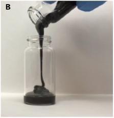 Materiál elektrody je velmi tmavý a kapalný, ale silně viskózní (obr. Li et al., Joule 3, 1–10, August 21, 2019).