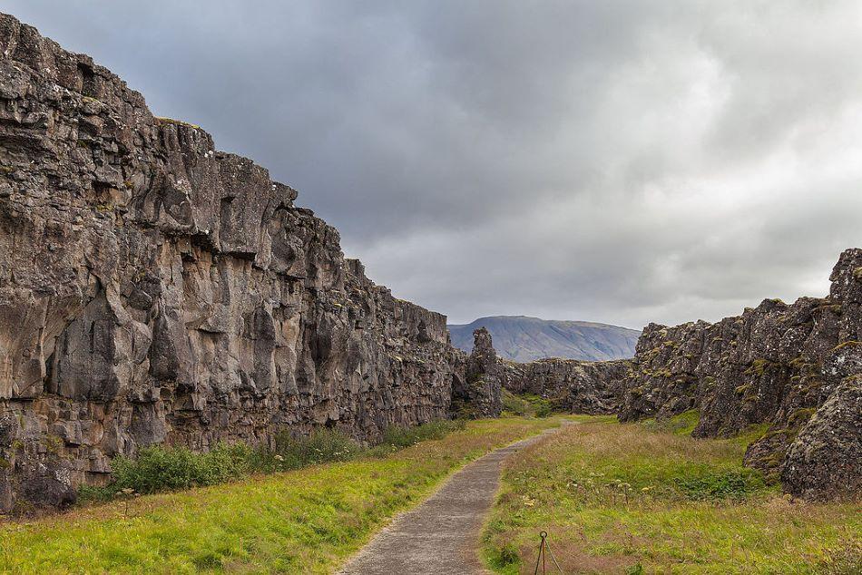 Lögberg na Islandu, místo zasedání zákonodárného sboru v letech 930 až 1262, foto Diego Delso [CC BY-SA 4.0 (https://creativecommons.org/licenses/by-sa/4.0)].