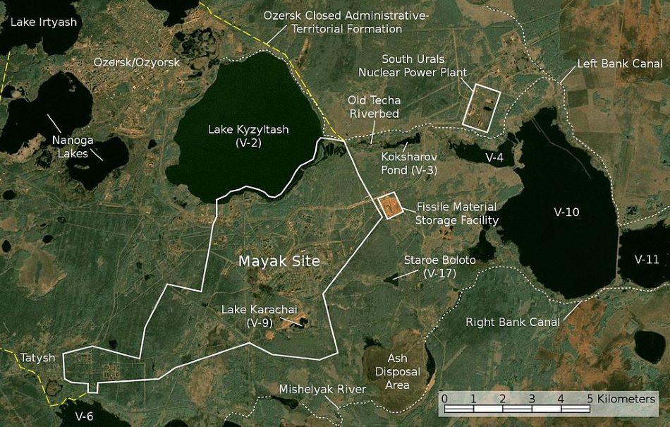 Satelitní snímek jadrného zařízení Majak poblíž jihouralského města Ozjorsk, NASA, Jan Rieke (color correction, borders and labels) [Public domain].