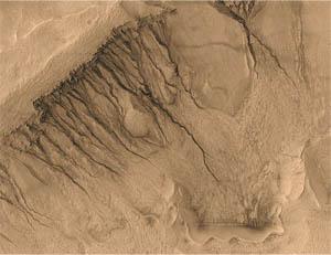Erozní rýhy na Marsu. Od pravého okraje snímku k levému je to přibližně 1500 m (foto NASA).