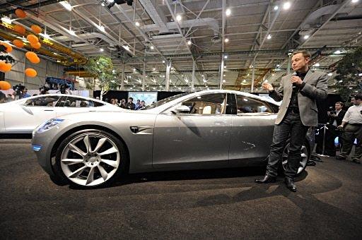 Model S od Tesla Motors spolu s jejím ředitelem Elonem Muskem (foto Tesla Motors).