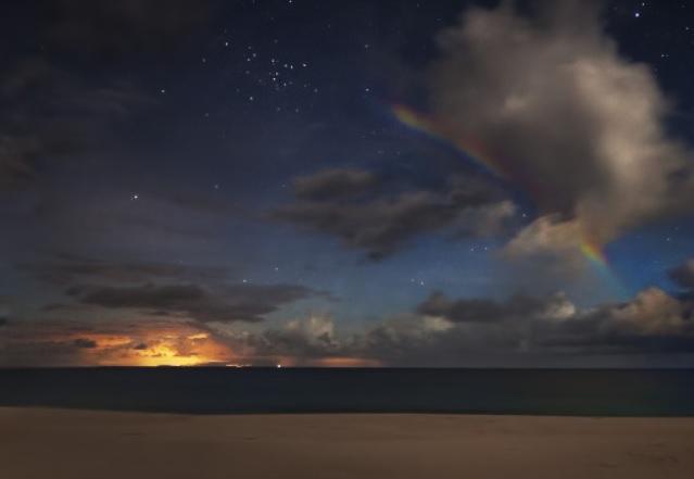 měsíční duha v pravé horní čtvrtině obrázku dne 17.června 2014 na Havajských ostrovech, copyright  NASA/Rogelio Bernal Andreo