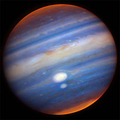 Jupiter v nepravých barvách. Větší, výše položená bílá skvrna představuje Rudou skvrnu, menší pak vír Oval BA (foto NASA)