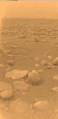 Snímek povrchu Titanu ze 14.ledna 2005 pořízený soundou Cassini-Huygens (Foto REUTERS/ESA/NASA/JPL/University of Arizona).