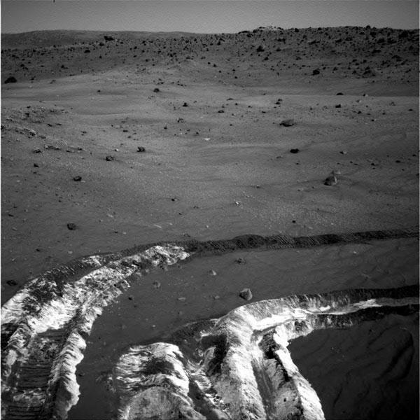 Snímek povrchu Marsu s usazeninami anorganických solí (foto NASA)