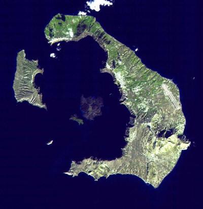 Letecký snímek současného ostrova Santorin zřetelně ukazuje, že jde o zbytky sopečného kuželu po gigantickém výbuchu, přičemž původní kráter zatopilo moře.