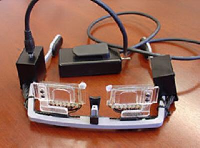Prototyp nových brýlí. Takový model by si jistě nikdo neoblékl, ale provedení pro trh bude jistě vypadat docela jinak (foto UA optical sciences)