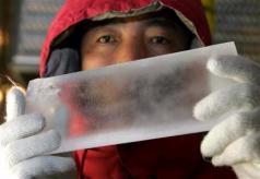 Hideaki Motoyama drží v rukou milion let starý led