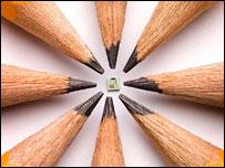 Nový paměťový čip v porovnání se špičkami tužek (foto Hewlett-Packard)