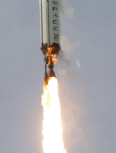 Falcon 1 při startu. V horní části motoru zřetelně rozeznáme začínající požár (foto Spacex).