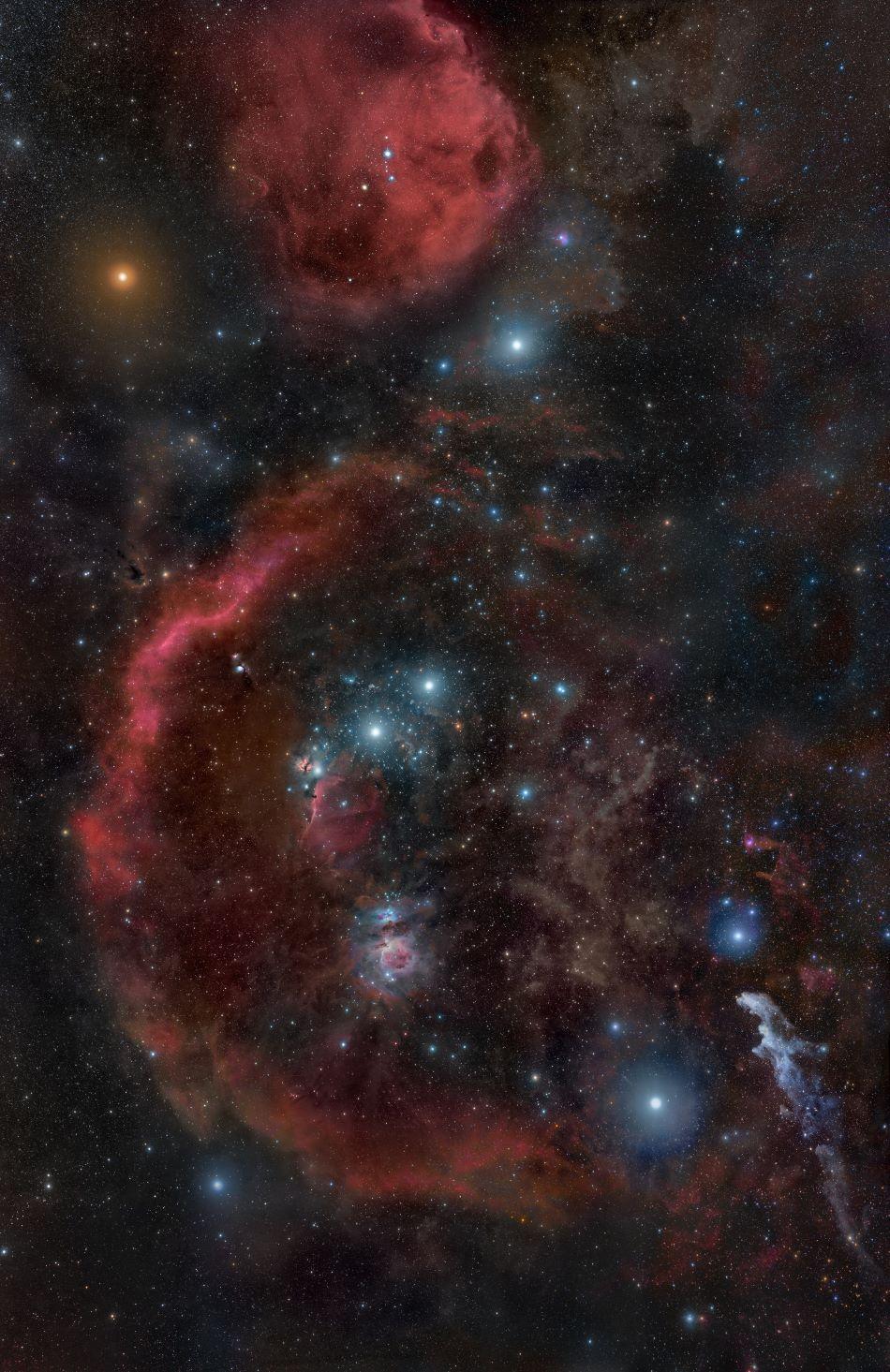 Souhvězdí Orion při pohledu astronomickým dalekohledem odhalí okem neviditelné podrobnosti. Betelgeuze je jasná oranžová hvězda vlevo nahoře, foto Rogelio Bernal Andreo [CC BY-SA 3.0 (https://creativecommons.org/licenses/by-sa/3.0)].