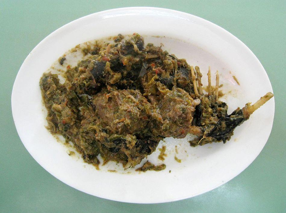 Paniki, oblíbený pokrm na severním Celebesu. Jde o kaloně s rýží a zelenými chilli papričkami, Gunawan Kartapranata/CC BY-SA (https://creativecommons.org/licenses/by-sa/3.0).