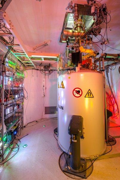 K měření na zařízení Pentatrap potřebujeme silné magnetické pole, které dodávají supravodivé magnety chlazené na teplotu blízkou absolutní nule. Zařízení vidíme na obrázku, foto MPI für Kernphysik.