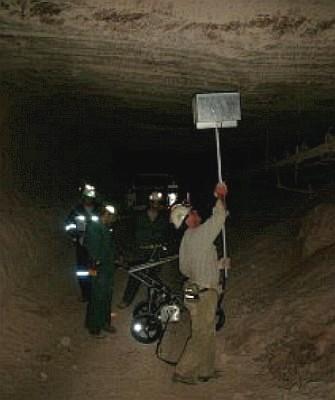 Technici vyhledávají pomocí radaru PRIS 1 slabá místa ve stropě důlní chodby v ložisku uhličitanu draselného v kanadském Saskatchewanu (foto RST Raumfahrt Systemtechnik GmbH)