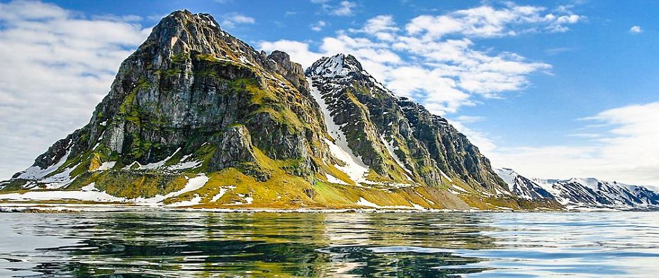 Severní konec špicberského ostrova Prins Karls Forrland, foto Per Harald Olsen – User Perhols on no.wikipedia, CC-BY-SA-3.0 (http://creativecommons.org/licenses/by-sa/3.0/), via Wikimedia Commons.