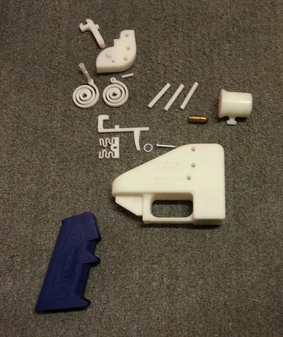 Jednotlivé části vytištěné pistole včetně továrně vyrobeného náboje. Foto Defense Distributed.