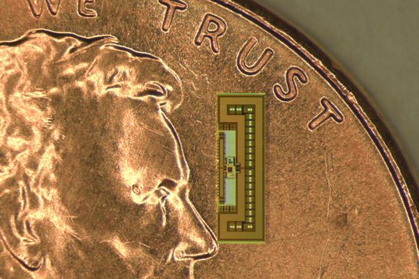 vysílačka v porovnání s americkou jednocentovou mincí, foto Amin Arbabian