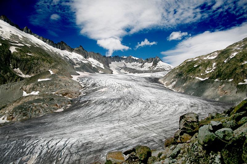 Rhonský ledovec, zdroj vody řeky Rhony, při pohledu z jihovýchodu, Idéfix [CC BY-SA 3.0 (https://creativecommons.org/licenses/by-sa/3.0)].