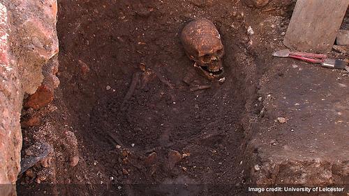 Otevřený hrob s pozůstatky krále Richarda III. (foto University of Leicester)