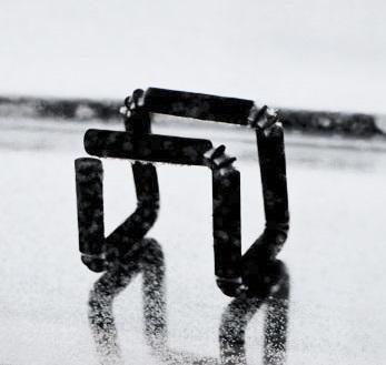 Tento předmět vznikl samovolným složení vytištěné tyčinky ve vodě (obr. Stratasys Ltd.).