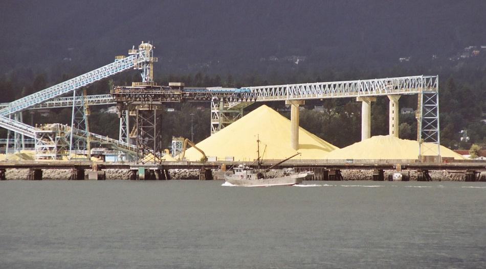 Síra, nechtěný vedlejší produkt petrochemické výroby, Leonard G., CC SA 1.0, http://creativecommons.org/licenses/sa/1.0/.