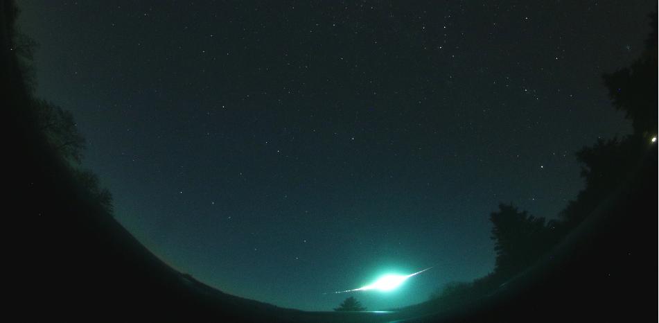 Část celooblohového snímku s nejjasnější Tauridou ze zmíněné tiskové zprávy. Fotografii pořídila digitální automatická kamera na stanici Polom v Orlických horách dne 31. října 2015 v 18:05:20 UT (délka expozice 35 sekund). Autor: Oddělení MPH AsÚ.