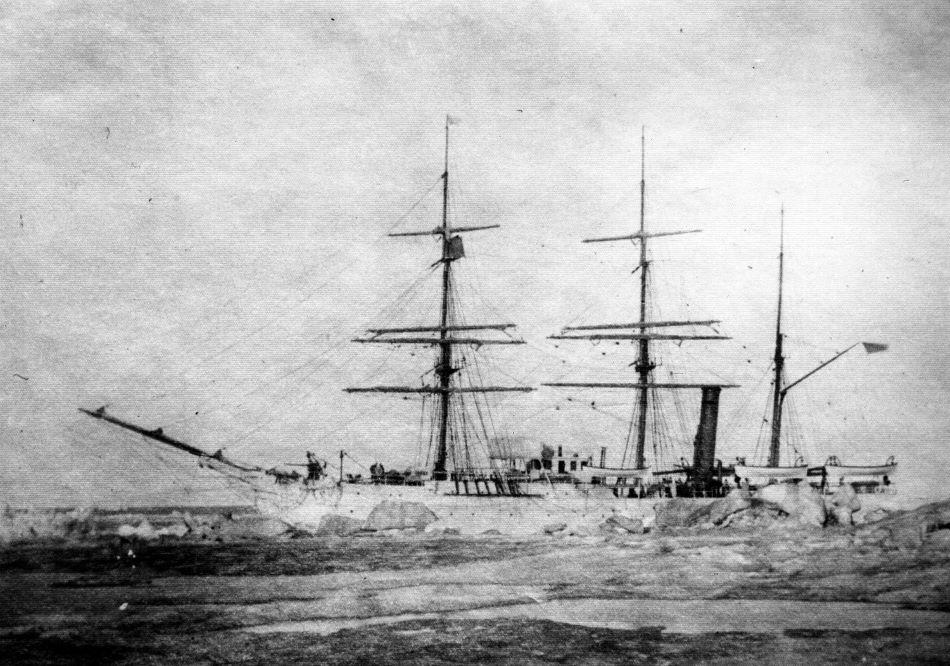 U.S.Revenue Cutter Thetis kotvící na moři poblíž King Island západně od Aljašky roku 1903, foto Coast Guard Museum Northwest. Jméno lodi bylo Thetis, Revenue Cutter je jméno organizace, z níž později vznikla Pobřežní stráž.
